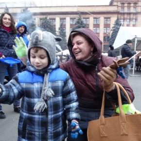В Днепропетровске волонтеры оставили ладошки добра на символическом флаге